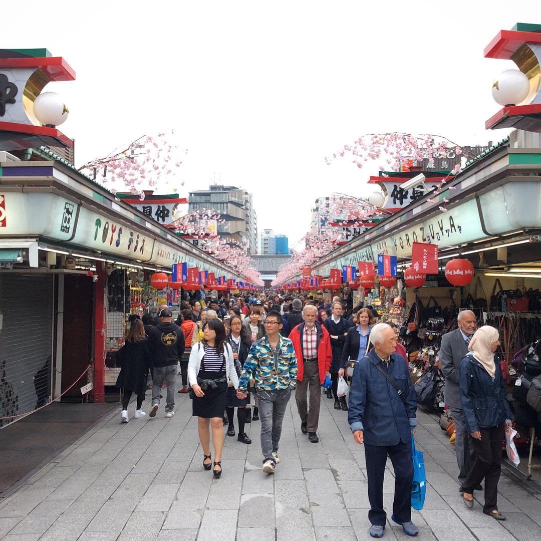 Накамисэ-дори (仲見世通り)